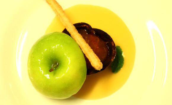 Mela speziata ripiena di Kaki aromatizzato su caramello